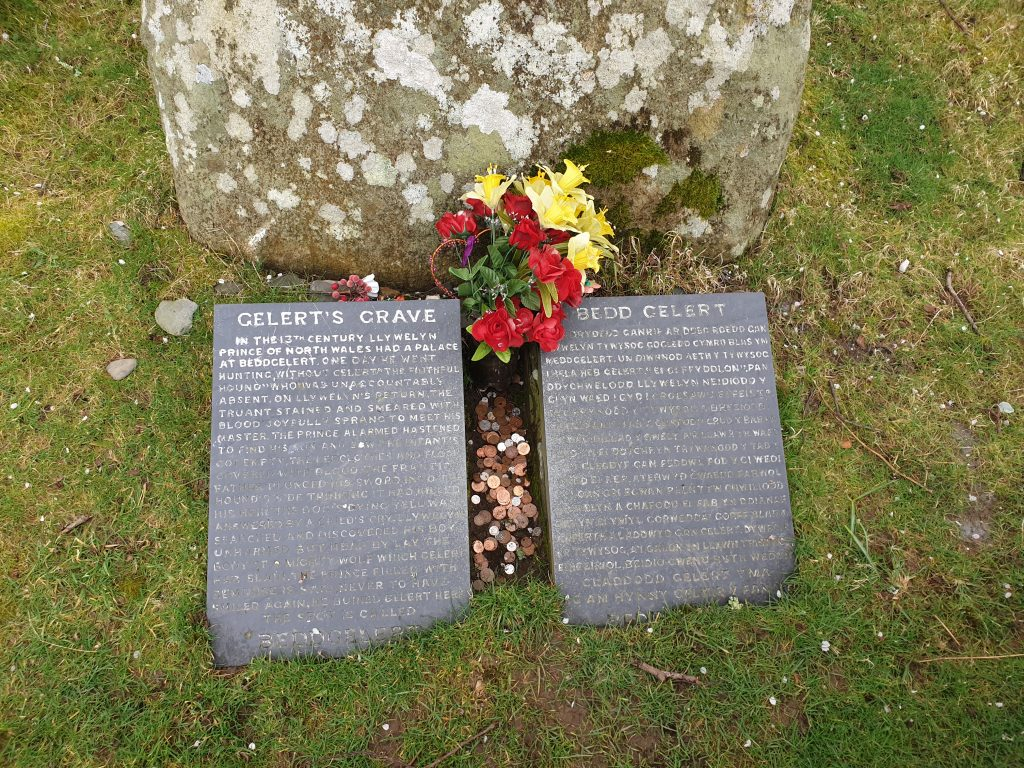 two slates with writing at Gelert's grave in Beddgelert. One English, one Welsh
